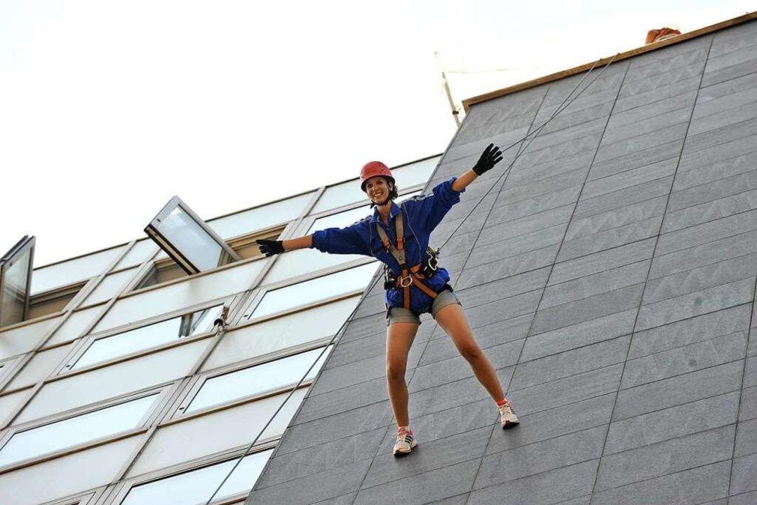 Wie wäre es mit einem Spaziergang in d...ne 42 Meter hohe Hausfassade hinunter.  | Foto: Rita Eggstein