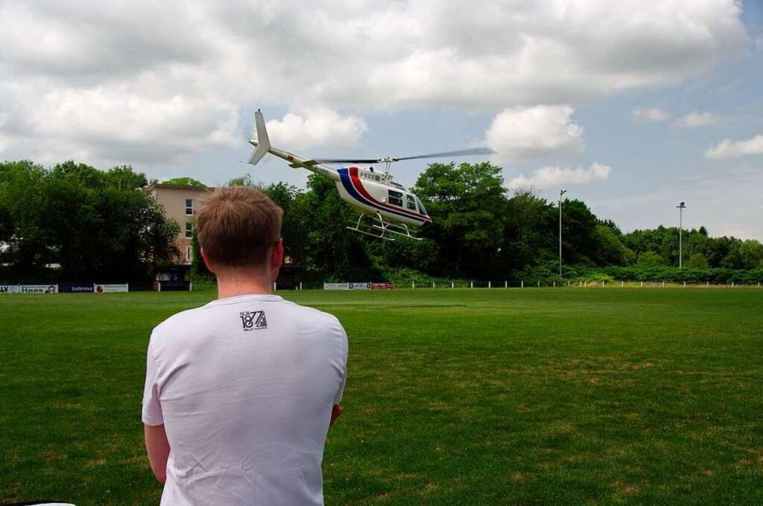 Bei einem Rundflug mit dem Helikopter ... einer ganz neuen Perspektive erleben.  | Foto: Martin Pfefferle
