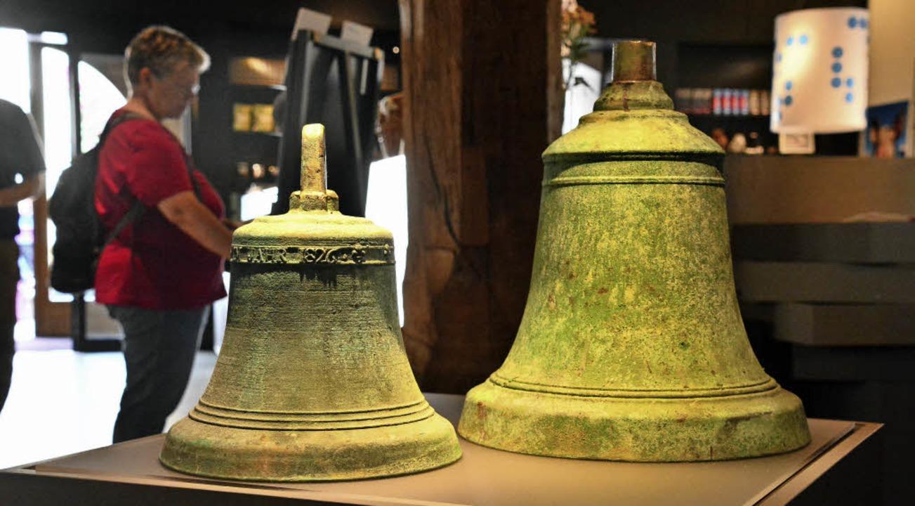 Die beiden Glocken von 1826 aus der Bu...inen Hobbyarchäologen wiederentdeckt.   | Foto: Annette Mahro