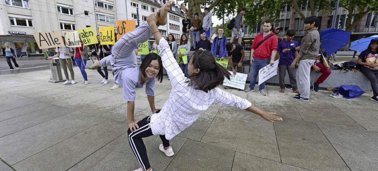 Erst am Platz der Alten Synagoge, bald... lachend in Aktion ist Sreyneang Vorn.  | Foto: ingo schneider