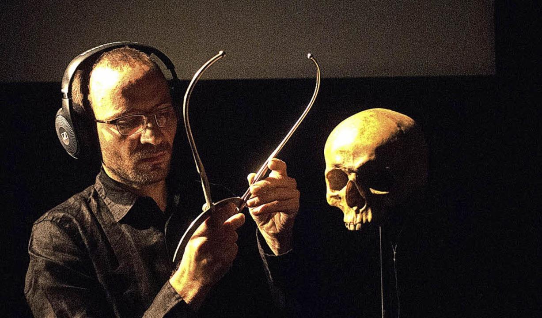 Wem gehört der Schädel? Szene aus der Performance von Flinn Works    Foto: Alexandra Barta
