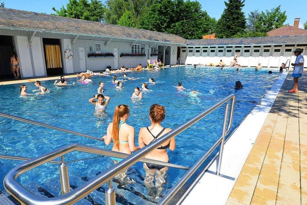 Der Streit um männliche Bademeister im Damenbad schlägt noch immer Wellen.  | Foto: Rita Eggstein