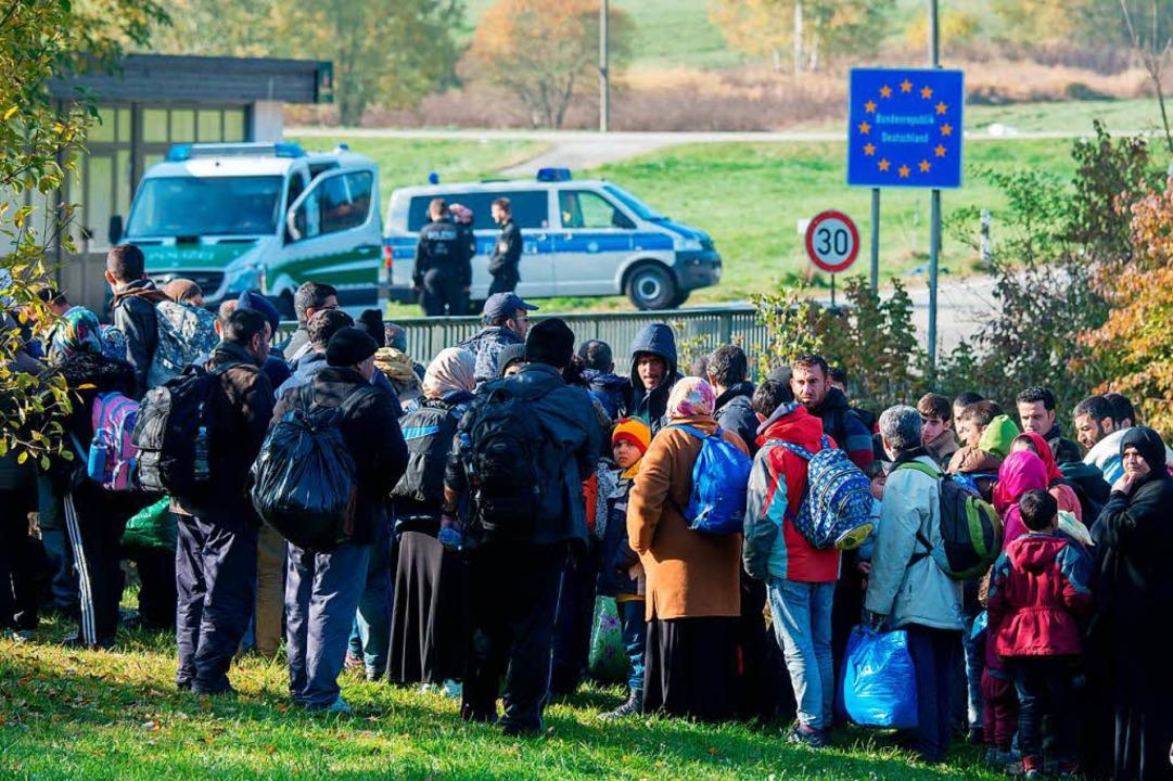 Flüchtlinge warten 2015 an der Grenze ...terreich kurz vor Wegscheid in Bayern   | Foto: dpa