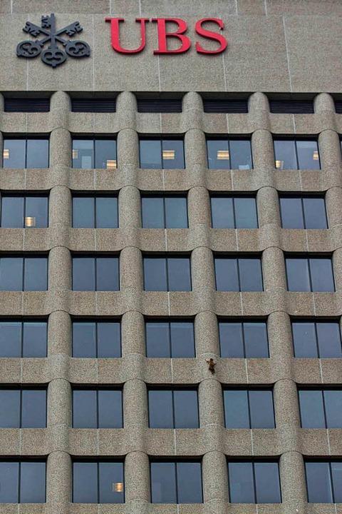 Das Tier bei seiner Kletteraktion: ein...r Fleck an der Fassade des Hochhauses.  | Foto: dpa