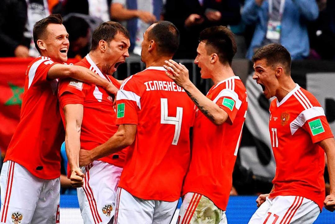 Artjom Dsjuba (2.v.l.) aus Russland jubelt mit seinen Teamkollegen zum 3:0.  | Foto: dpa
