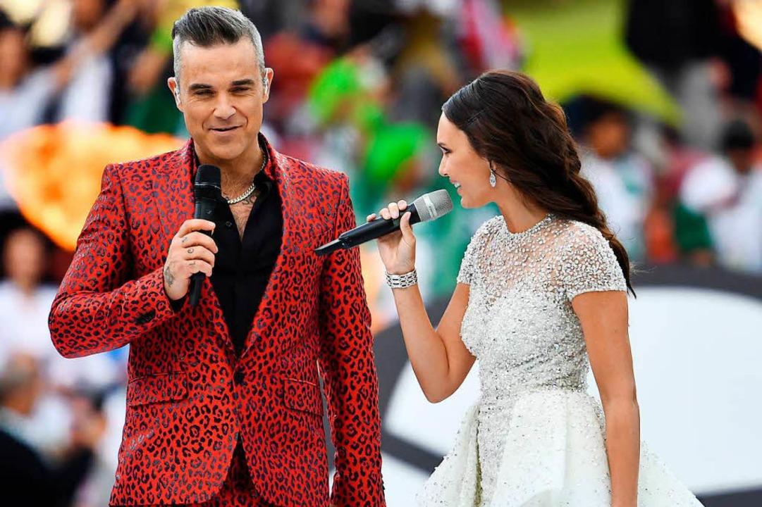 Der britische Popstar Robbie Williams ...ullina singen bei der Eröffnungsfeier.  | Foto: dpa