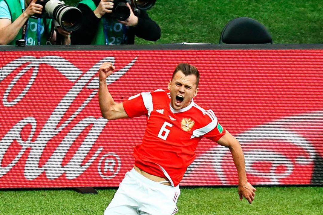 Denis Tscheryschew aus Russland jubelt über den Treffer zum 2:0.  | Foto: dpa