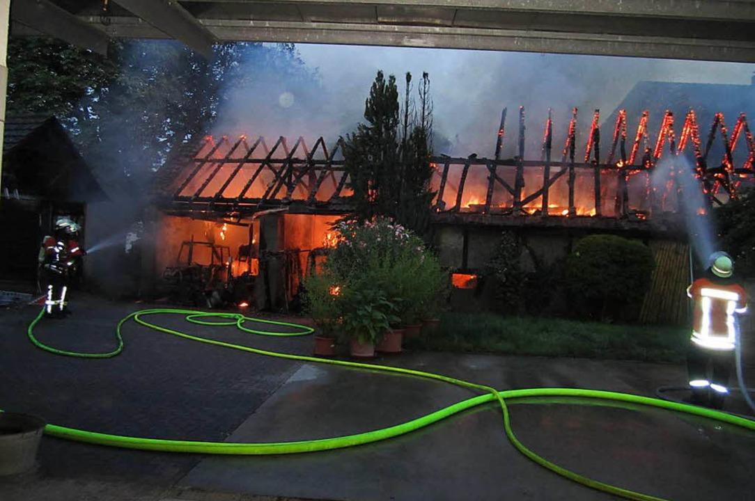 Das Ökonomiegebäude stand beim Eintreffen der Feuerwehr bereits voll in Flammen.  | Foto: Ulrich Senf