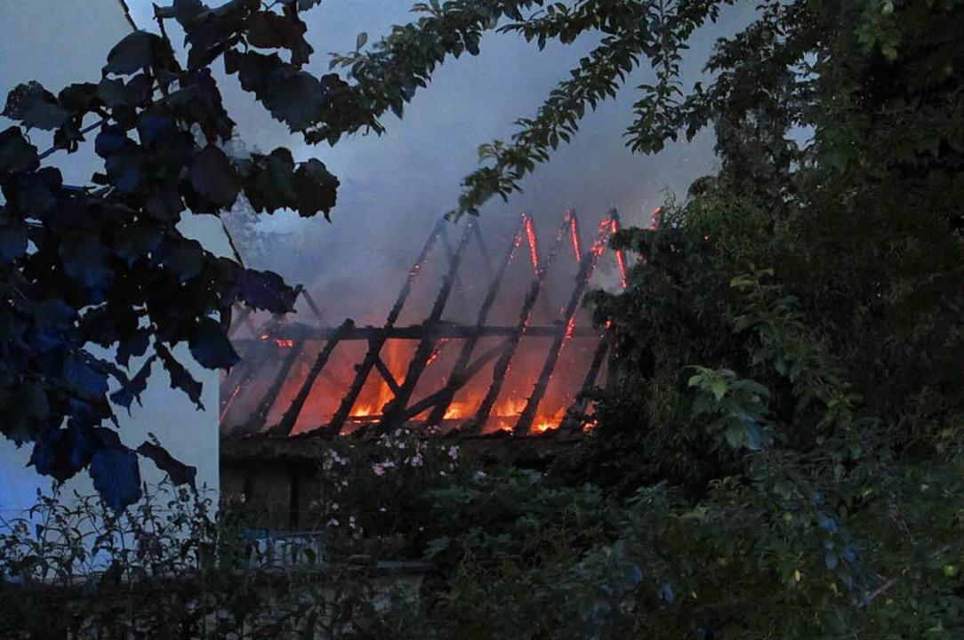 Auch von der Rückseite des Gebäudes konnte man die Flammen im Dachstuhl sehen.  | Foto: Ulrich Senf