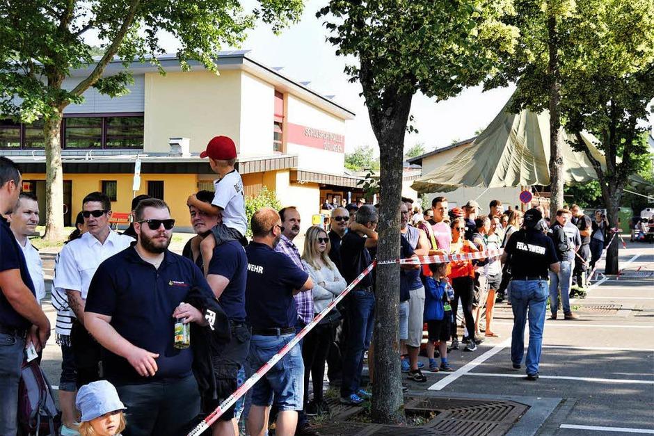 Zahlreiche Schaulustige machten sich ein Bild von der Schlagkraft der Feuerwehren des Landkreises. (Foto: Jörn Kerckhoff)