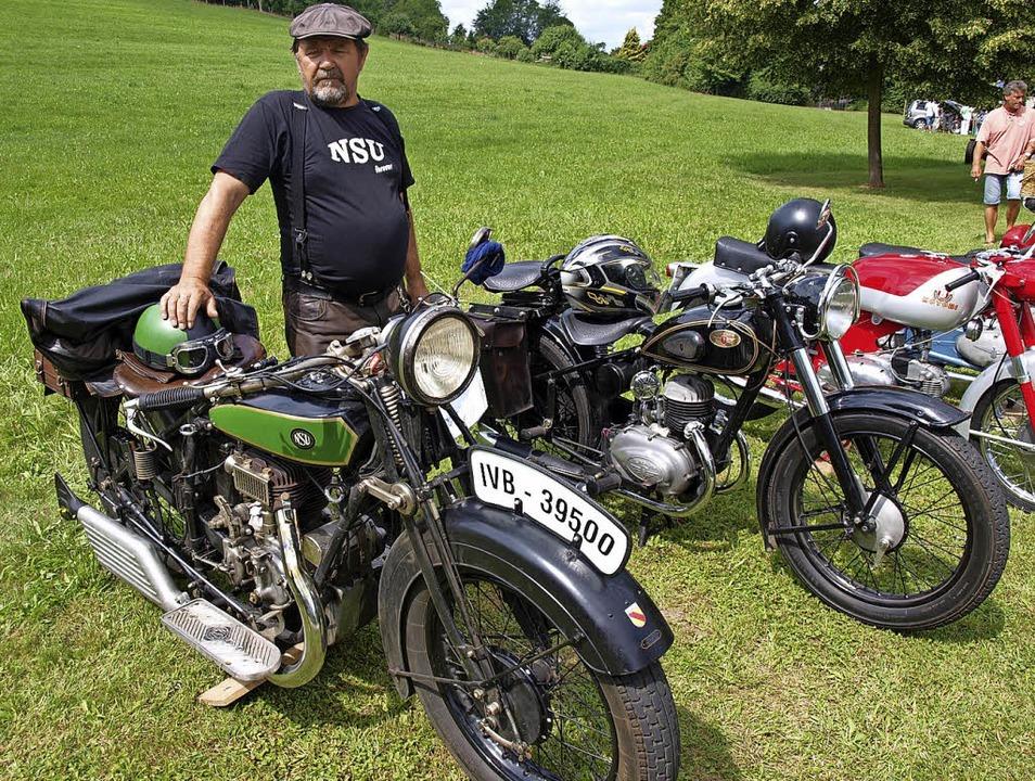 Das älteste Motorrad, eine NSU Baujahr...n Inzlingen voller Stolz präsentiert.   | Foto: Paul Schleer