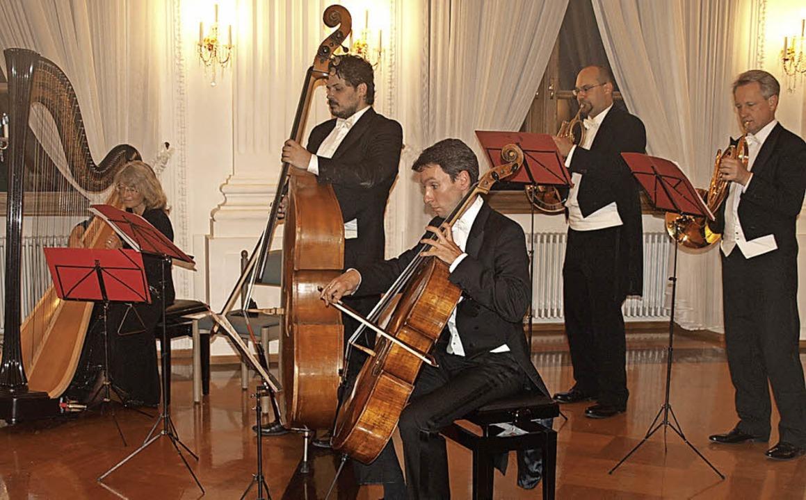 Vor voll besetzte Zuhörerreihen spielt...al Tanzmusik aus dem kaiserlichen Wien  | Foto: Karin Stöckl-Steinebrunner