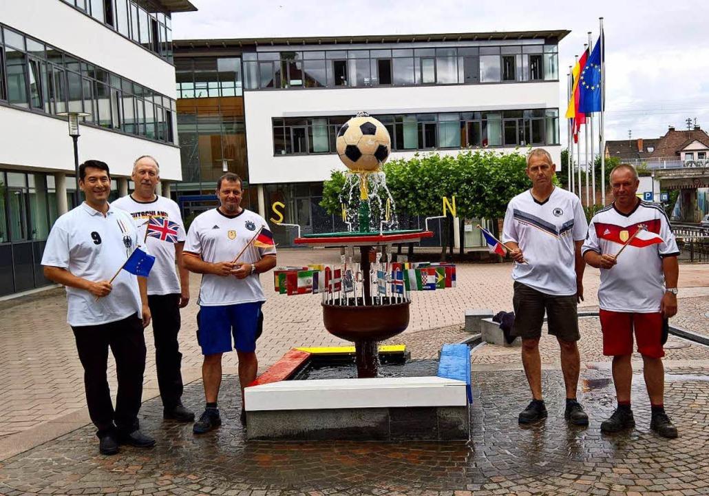 Freuen sich über den Denzlinger Fußbal...d und Bürgermeister Markus Hollemann.   | Foto: Gemeinde Denzlingen