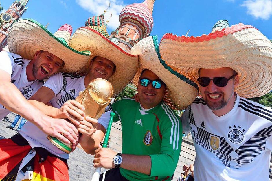 Gute Stimmung: vor der Partie in Moskau feiern die Fans beider Länder gemeinsam. (Foto: dpa)