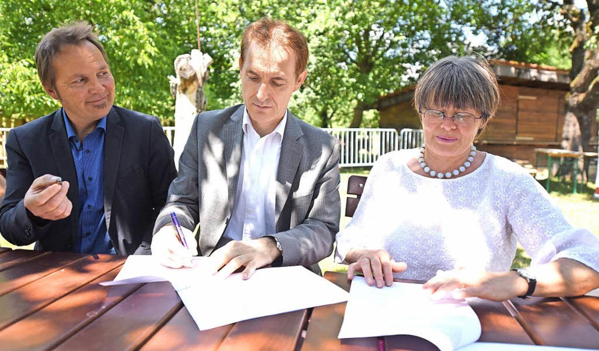 Schwarz auf Weiß: Geschäftsführer Bern...ng der Zusammenarbeit für drei Jahre.     Foto: Jonas Hirt
