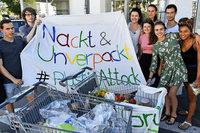 Grüne Jugend packt Lebensmittel vor einem Supermarkt aus – um gegen Plastikmüll zu demonstrieren
