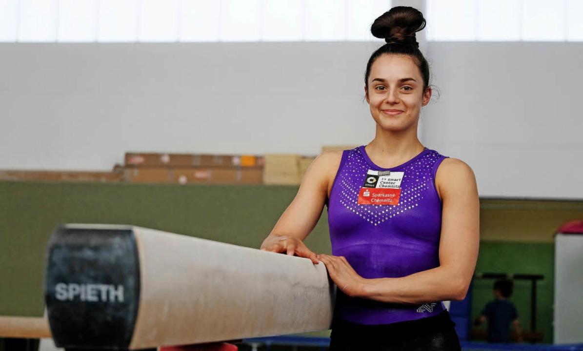 Pauline Schäfer steht beim Training im Chemnitzer Sportforum am Schwebebalken.  | Foto: dpa