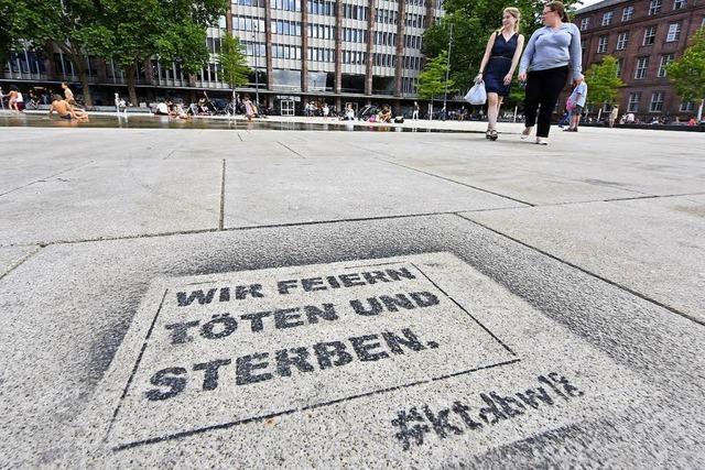 Anti-Militär-Slogan auf Platz der Alten Synagoge gesprüht