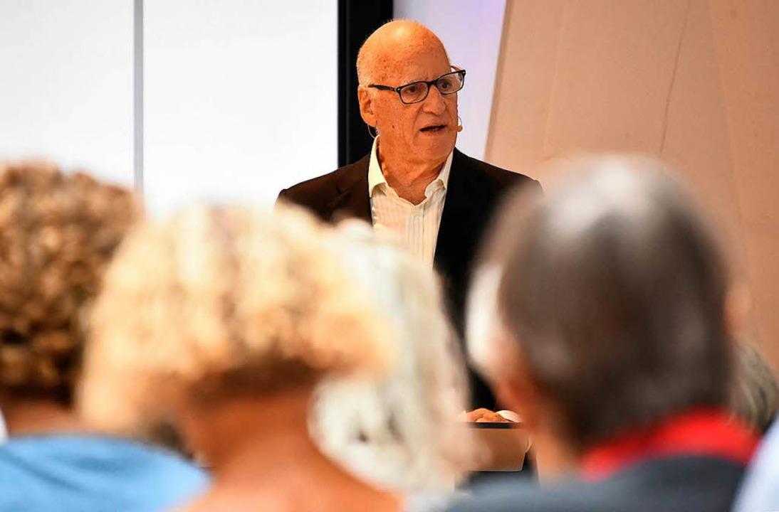 "David Ranan spricht bei der Veranstaltung ""BZ-Hautnah"".  | Foto: Michael Bamberger"