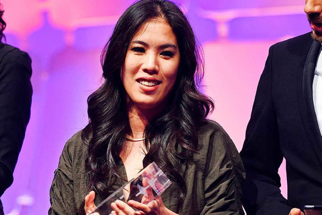"""Mai Thi Nguyen-Kim  nimmt den Preis in...uot;Wissen und Bildung"""" entgegen.    Foto: dpa"""