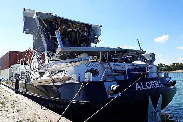 Containerschiff kracht mit Führerhaus in die Palmrainbrücke