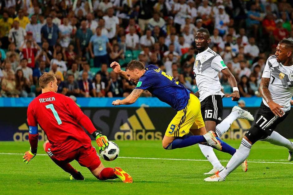 Marcus Berg  aus Schweden wird von Torwart Manuel Neuer, Antonio Rüdiger und Jerome Boateng gestoppt. Elfmeter? Nicht doch. (Foto: dpa)
