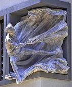 Eine Skulptur am neuen Offizialat erinnert an die legendäre Segeltour des Heiligen Raimund