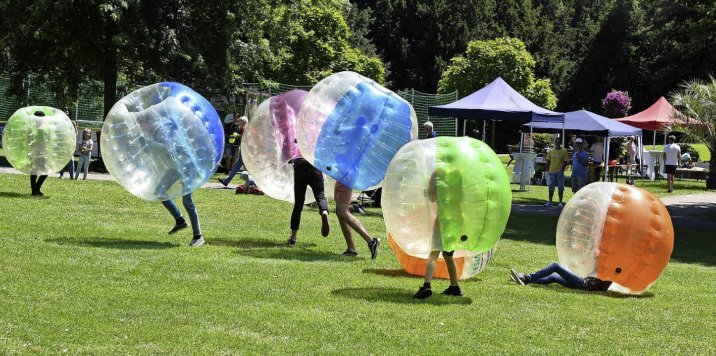 Das Jugendzentrum Breisacher Hof bot im Stadtgarten Bubble Soccer an.     Foto: rita eggstein