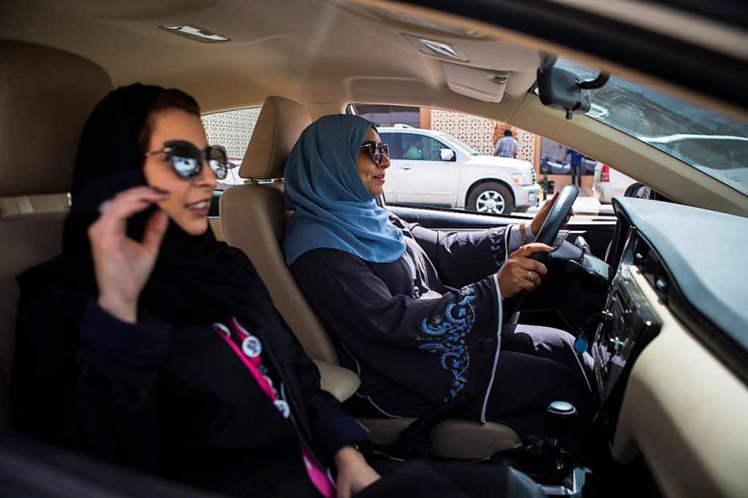 Erstmals in der Geschichte Saudi-Arabi...h-konservativen Königreich ans Steuer.  | Foto: dpa