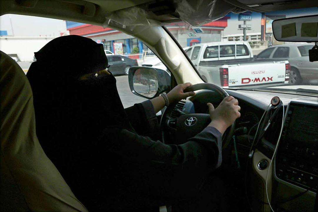Mabkhoutah al-Mari fährt zum ersten mal mit ihrem Auto zur Arbeit.  | Foto: dpa