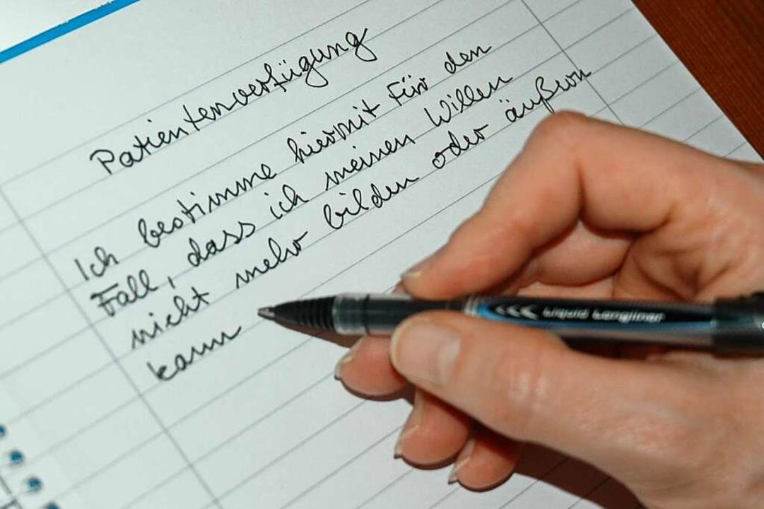 Handschriftlich geht auch: Patientenverfügungen müssen nicht getippt sein.  | Foto: Britta Wieschenkämper