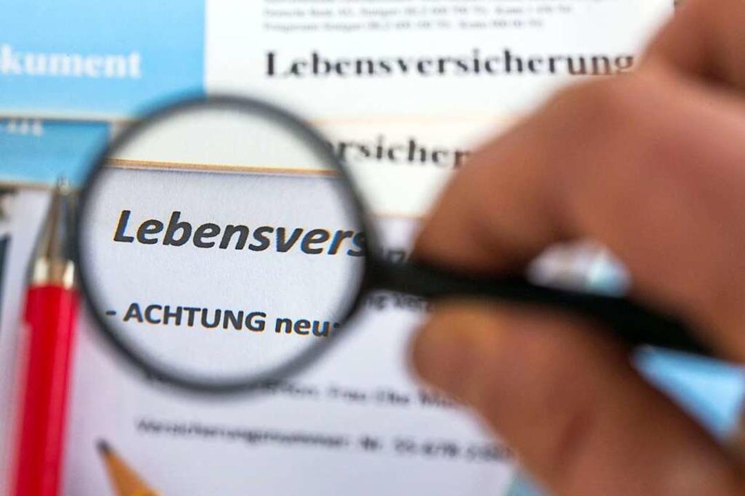 Oftmals schwer zu durchschauen: Welche Versicherung ist im Alter noch sinnvoll?  | Foto: Jens Büttner (dpa)