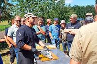 Grillen war gestern: Männer beim Outdoor-Kochen in Schweighausen