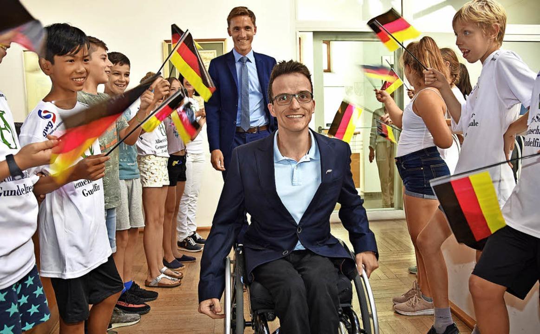 Gundelfinger Schüler begrüßten Martin Fleig mit Deutschlandfahnen.   | Foto: Andrea Steinhart