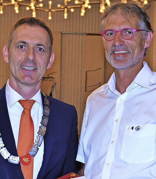 Oberbürgermeister Jörg Lutz (links) üb...chte Siegfried Burkart die Ehrennadel.  | Foto: Thomas Loisl Mink