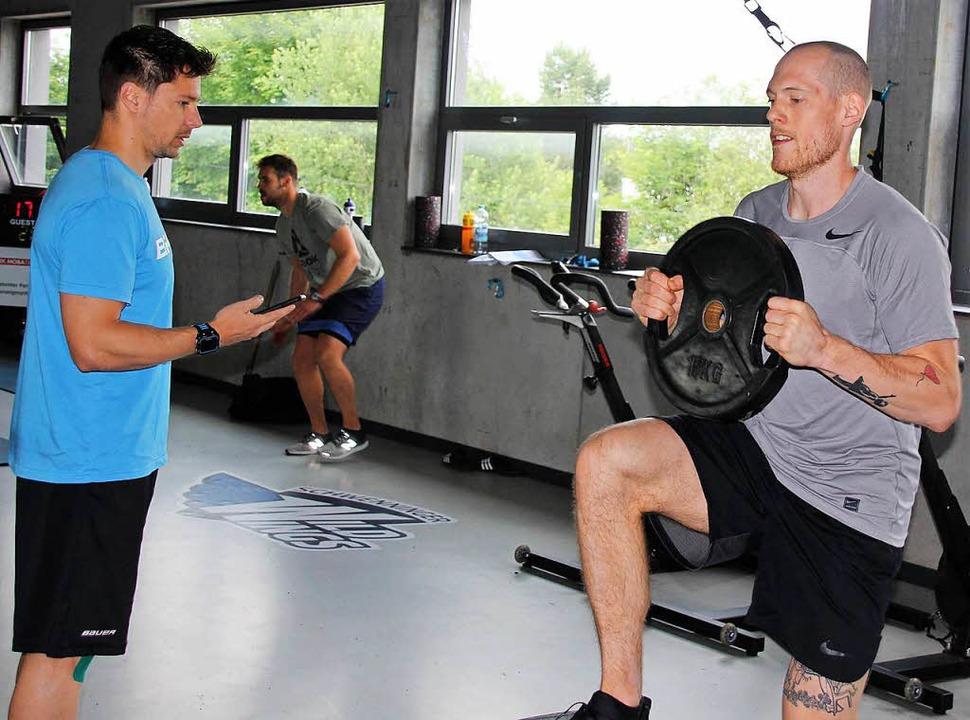 Im Trockentraining: Athletiktrainer He... und Eishockey-crack Benedikt Brückner    Foto: Wittmann