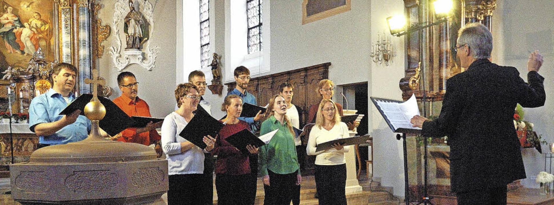Unter der musikalischen Leitung von Ek...zingen mit seinem Gesang die Besucher.  | Foto: Schweizer