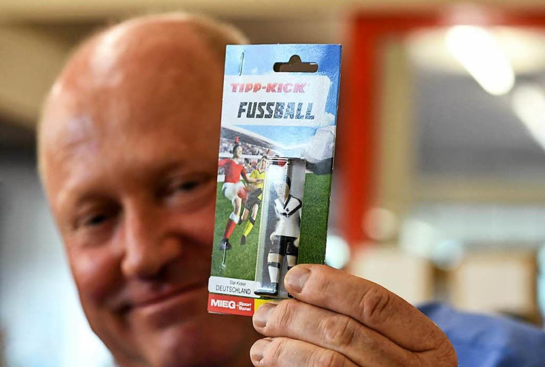 Geschäftsführer Jochen Mieg hält eine ...tschen Nationalmannschaft in der Hand.  | Foto: dpa