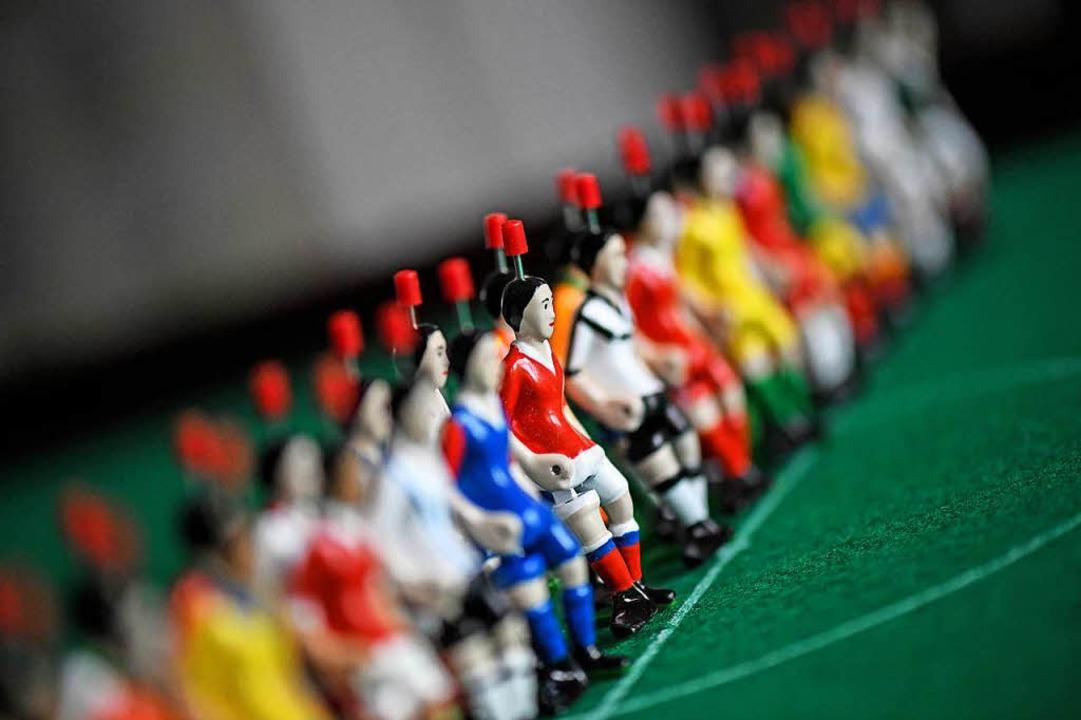 Tipp-Kick-Figuren in den aktuellen Fußball Weltmeisterschaftstrikots.  | Foto: dpa