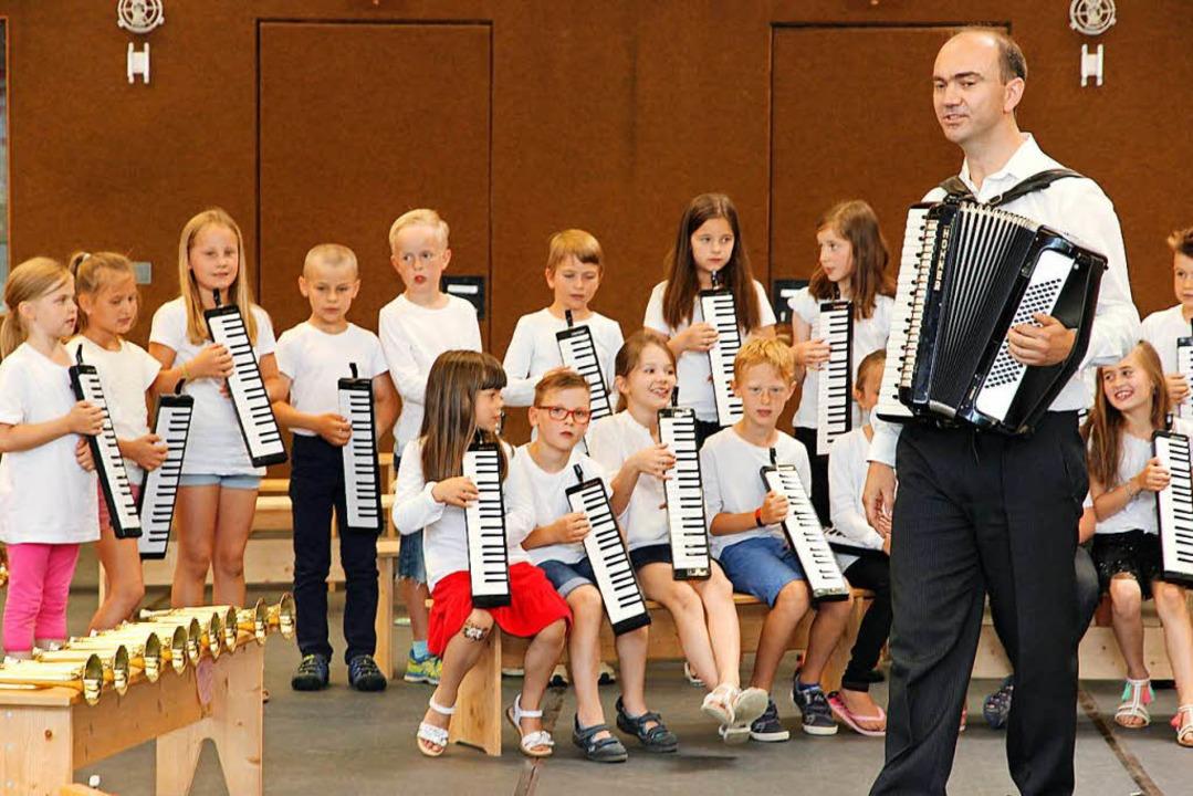 Waldemar Lang gab die Melodie vor, die Melodica-Spieler hören genau zu. | Foto: Eva Korinth