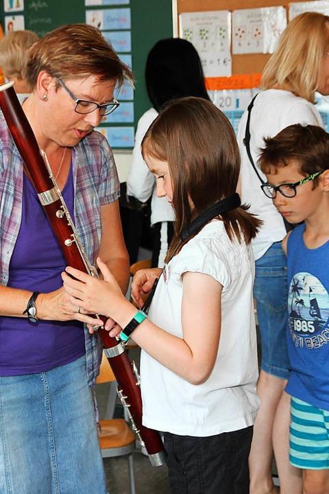 Ausprobieren eines Fagotts. | Foto: Eva Korinth
