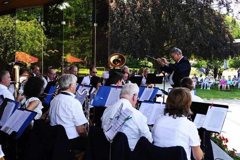 Im Bad Krozinger Kurpark spielten beim Kurkonzert das elsässische Ensembles Orphéon Municipal de Mulhouse, das mit Gastsängern mit Operettenmelodien glänzte und die Formation Plai, die Folklore aus der Westurkaine darbot. (Foto: Bernhard Seitz)