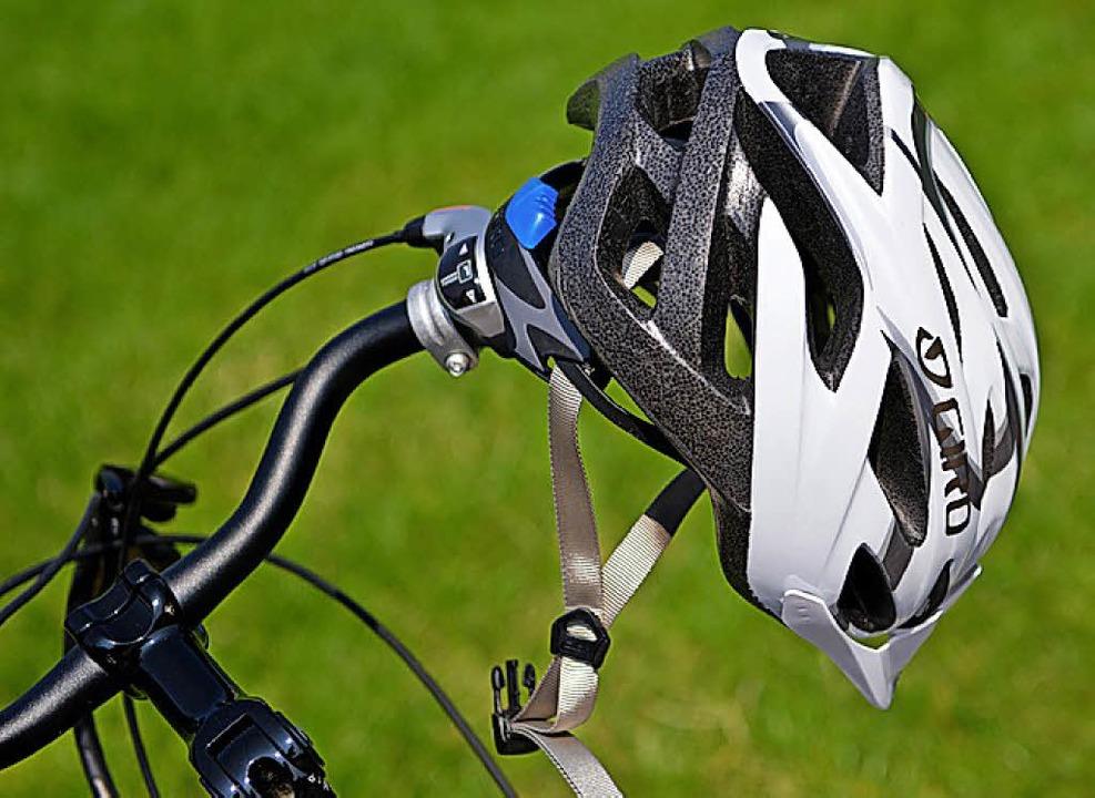 Einen Fahrradhelm trug die E-Bike-Fahrerin nicht.   | Foto: dpa