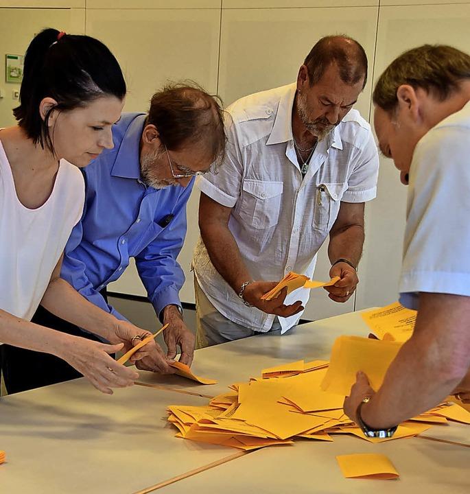 Die Stimmzettel waren im Gallushaus au...daten Willibald Herz und dessen Frau.   | Foto: Andrea Gallien