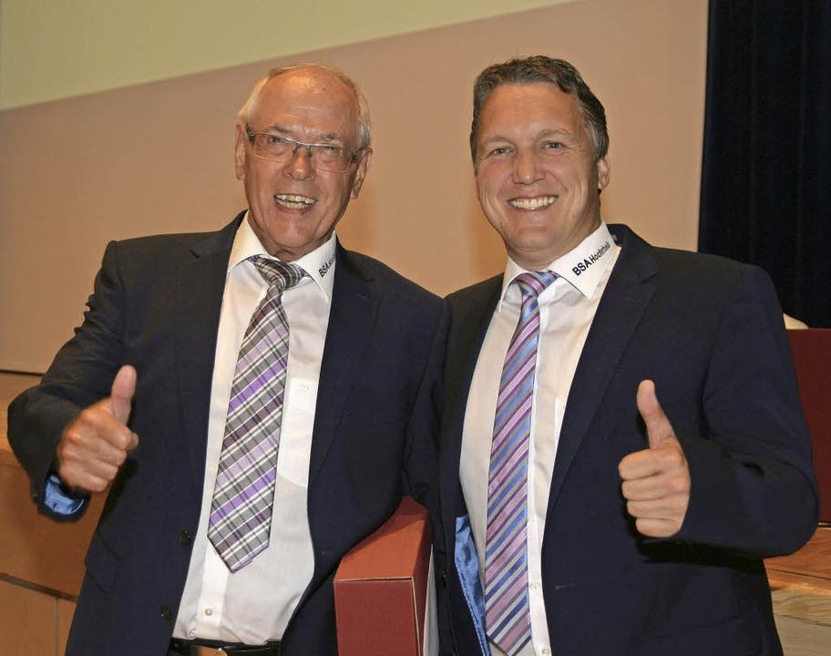Da kann auch Ralf Brombacher nicht mit...ine Ehrung für Henning Nopper (links).  | Foto: Michael Neubert