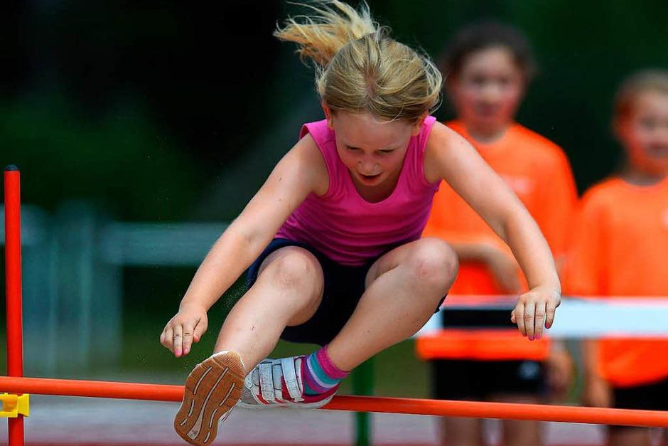 Wettkampfatmosphäre herrschte im Bonndorfer Waldstadion bei den Leichtathletik-Wettkämpfen. Dabei kam aber auch der Spaß nicht zu kurz, vor allem bei den Kindern. (Foto: Wolfgang Scheu)