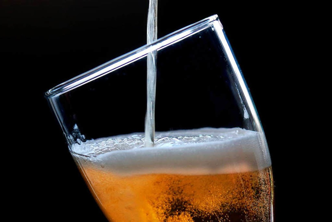 In England ist das Bierglas momentan eher halb leer.  | Foto: dpa