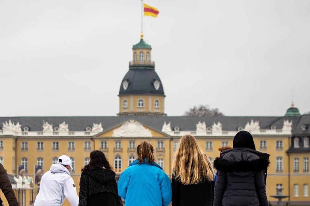 Runter vom Turm des Schlosses muss die...che Fahne. Sie ist dort nicht erlaubt.  | Foto: dpa