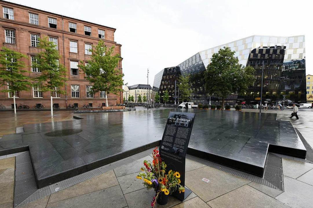 Bei Regen ein würdiger Erinnerungsort:...nnen auf dem Platz der Alten Synagoge.  | Foto: Thomas Kunz