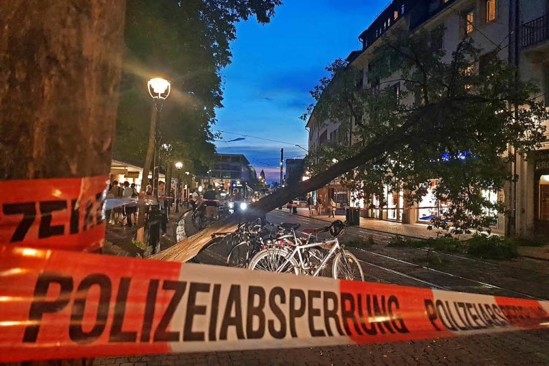 Die Polizei hat die Bertoldstraße gesperrt.  | Foto: Sebastian Wolfrum